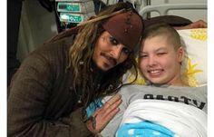 """Johnny Deep como Capitán Jack Sparrow. """"Él (Johnny) iba de una habitación a otra para ver a todos los niños que no podían levantarse de la cama. Se acercó a nosotros y tuvo una buena charla con mi hijo, Max. Tomó su tiempo y se aseguró de hablar con cada uno de ellos. Fue realmente hermoso"""", expresó la madre de un paciente a ABC Australia."""