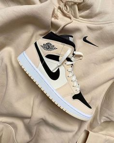 Dr Shoes, Nike Air Shoes, Hype Shoes, Me Too Shoes, White Nike Shoes, Jordan Shoes Girls, Girls Shoes, Sneakers Fashion, Fashion Shoes