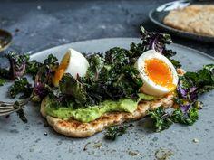 Raskt brød med rosettkål og egg Avocado Toast, Brunch, Veggies, Wraps, Breakfast, Snacks, Recipes, Lunch Ideas, Brot