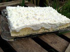 Ein einfacher Blechkuchen mit Stachelbeeren, Sahne, Schmand und zerbröseltem Baisergebäck. Ein Kuchen, der auch mit anderem Obst super schmeckt.