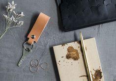 Minimalistinen avaimenperä syntyy jämäpalasta nahkaa.