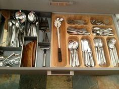Meidän huushollissa minä olen se, joka tekee ruokaa ja leipoo. Lapset innostuvat siitä kausiluonteisesti ja miestä se ei voisi vähempää kiinnostaa. Kun teimme keittiöön remontin aivan vasta, minulle ehdotettiin laatikoihin sijoitettavia erilaisia jakajia, telineitä ja tellinkejä.