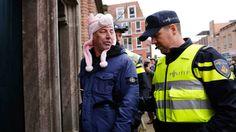 反イスラムリーダー、豚のぬいぐるみをかぶって逮捕