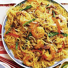 For a veggie version: replace pork and shrimp with 1 lb g) cubed tofu. Shrimp Pasta Recipes, Seafood Recipes, Chicken Recipes, Singapore Noodles Recipe, Healthy Dinner Recipes, Cooking Recipes, Vegetarian Recipes, Zucchini, Confort Food