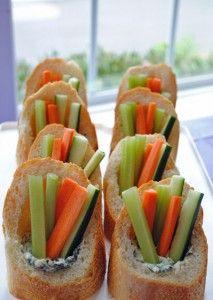 Spinat-Dipp und Rohkost in praktischen Baguette-Taschen. So braucht man nichtmal Teller! :)