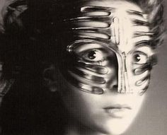 Portret penelope Tree in 1968 with the famous Ungaro mask
