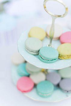 De jolies macarons couleur pastel pleins de douceur.