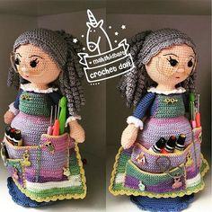 Bilder på veggen til felleskapet Crochet Dolls Free Patterns, Crochet Doll Pattern, Doll Patterns, Crochet Crafts, Crochet Yarn, Crochet Hooks, Crochet Hook Case, Love Crochet, Granny Dolls