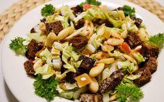 Kelpaa kyllä terveystietoisillekin. Täyttävä mutta silti kevyt salaatti ihanilla rouskuvilla leipäkrutongeilla. Vinaigrette -kastike sopii lähes kaikkiin salaatteihin.