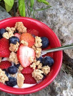 Yogur de plátano con frutas del bosque y cereales