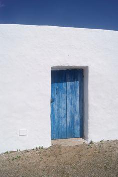 La puerta azul, un azul que el tiempo ha ido modificando, embelleciendo, volviéndolo único e irrepetible.