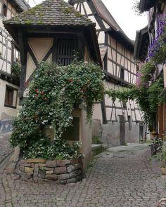 Het smalste huis dat ik ooit zag. Hier in Eguisheim. #photography #travelphotography #traveller #canonnederland #canon_photos #fotocursus #fotoreis #travelblog #reizen #reisjournalist #travelwriter#fotoworkshop #willemlaros.nl #reisfotografie #moto73 #suzuki #v-strom #MySuzuki #motorbike #motorfiets #tw #fb #visitalsace #alsace #eguisheim #ribeauville #mittelbergheim #marienthal