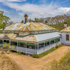 Toowong Colonial is Everything Dreams are Made Of | Queenslander Homes Australian Architecture, Australian Homes, Old Country Houses, Country Homes, Country Home Exteriors, House Exteriors, Queenslander House, Tiny House Trailer, Beach Design