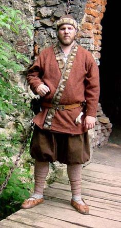 Varjag     Clothing of nobleman from North (c. 10th century) consists from brick red woolen kaftan, white linen tunic (srk), brown duvetyn trousers (psbyxor), woolen legwraps (benlindor) and hat (mssa).