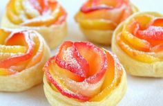 Слойки Яблочныерозочки Такие красивые слойки из слоеного теста с яблоками будут замечательным угощением к чаю. Яблоки желательно подобрать красные, желтые и зеленые с крепкой кожурой, и лучше кисло-сладких сортов. В первом случае, слойки будут разноцветные для красоты, во втором, чтобы слойки не были приторно-сладкими, а с легкой кислинкой. Ингредиенты: Вам понадобится: 250 г слоеного бездрожжевого теста 200 мл воды 2