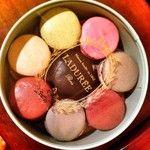 """Regaliz, """"baies roses"""", fleur d'orange, etc. de Ladurée Impresionantes #macarons"""