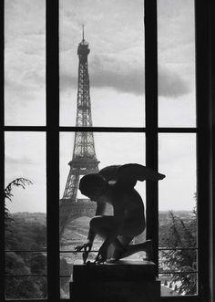 La tour Eiffel 1966. Photo: Willy Ronis.