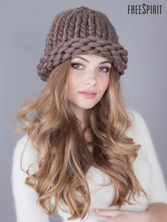 Шапка из толстой пряжи Helsinki коричневая 1012703 Sweater Hat, Fluffy Sweater, Knit Crochet, Crochet Hats, T Shirt Yarn, Knit Fashion, Loom Knitting, Sweater Weather, Knitted Hats
