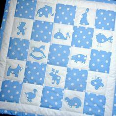 Patchworková deka pro miminko Patchworková deka je ušita z bavlněných, již vysrážených látek, uvnitř je výplň z dutého vlákna. Na deku jsem naaplikovala 12 různých zvířátek, některájsou ručně dovyšita. Zadní strana je z bílé bavlny, lem puntíkatý. Celá deka je strojově prošita. Rozměr deky 95 x 95 cm Deku doporučuji prát max. na 40 stupňů, nedávat do ...