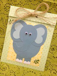Convite safari, feito em scrapbook, pode ser feito de elefante, leão ou girafa. Acompanha tag com o nome do convidado. Pedido mínimo 15 convites. R$ 7,50