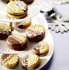 Easy Cake : Almond short pastry biscuits with chocolate-marzipan filling, Desserts Français, French Desserts, Dessert Recipes, Cookies Fourrés, Filled Cookies, Stuffed Cookies, Dessert Bars, Chocolates, Short Pastry