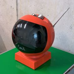 TV JVC Videosphere 3240    JVC Space Helmet 1972