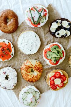Bagel bar for party Bagel Bar, Mini Bagel, Bagel Toppings, Brunch Recipes, Dessert Recipes, Frosting Recipes, Easter Recipes, Recipes Dinner, Cream Cheese Recipes