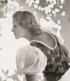 Ilona Massey (1910, Budapest – 1974) - Hajmássy Ilona 1937-től több mint egy évtizeden át a Metro-Goldwyn-Mayer, a United Artists és más vezető nagy filmvállalatok produkcióinak sztárja volt. A magát kőrösinek valló művésznő a magyar film szinészek közül talán a legtöbbre vitte Hollywoodban - Among the Hungarian film actor she probably took most of Hollywood.