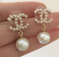 How to Wear and Pair Your Pearl Earrings Chanel Pearls, Chanel Jewelry, Ear Jewelry, Dainty Jewelry, Cute Jewelry, Luxury Jewelry, Jewelry Accessories, Fashion Accessories, Fashion Jewelry