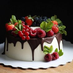 There are many types of cakes today, fruit cakes have no fancy appearance, only fruit and cream itself, but are the most popular cakes. The fruit cake is s Vegan Fruit Cake, Rum Fruit Cake, Chocolate Fruit Cake, Fresh Fruit Cake, Fruit Cakes, Fruit Birthday Cake, Fruit Wedding Cake, Fruit Cake Design, Praline Cake