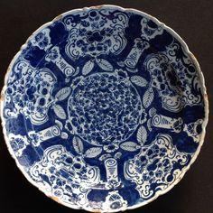 """Nu in de #Catawiki veilingen: """"De Metaale Pot"""" onder Cornelis Koppens - Delfts aardwerk bord met """"Mille Fleurs"""" mo..."""