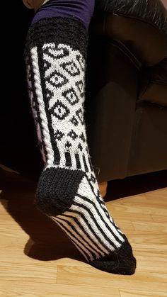 Nojatuolin uumenista | Käsitöihin, ja ennen kaikkea kutomiseen hurahtanut äiti- ja mummi-ihminen. Socks, Fashion, Moda, Fashion Styles, Sock, Stockings, Fashion Illustrations, Ankle Socks, Hosiery
