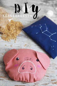 KuneCoco • DIY • Körnerkissen mit Dinkelfüllung • Schweinchen und Sternzeichen-Sternbild Korn, Sewing Projects, Coin Purse, Presents, How To Make, Gifts, Project Ideas, Kindergarten, Espadrilles
