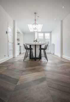 by Vorselaars - Tilburg - 10 jr garantie Interior Styling, Interior Design, Hardwood Floors, Flooring, Tile Floor, New Homes, Dining Table, Living Room, Wall