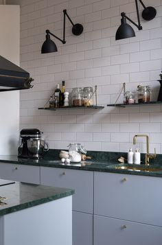 kitchen Marble Green - Grey kitchen with brass and green marble. Light Gray Cabinets, Grey Kitchen Cabinets, Kitchen Grey, Skandi Kitchen, Rustic Kitchen, New Kitchen, Kitchen Decor, Kitchen Ideas, Kitchen Lamps