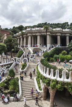 En Barcelona yo ve el parque Güell. Era un parque desuño de Gaudí, una artista famosa y el desuña muchos edificios.