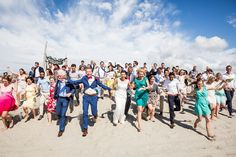 Groepsfoto van strand bruiloft bij Elements Beach in 's-Gravenzande / Den Haag