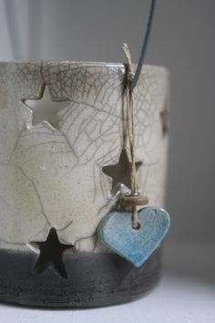 Photophore étoilé ivoire et noir...Raku... Raku Pottery, Vases, Ceramic Art, Sculpture Art, Christmas Time, Mandala, Ivoire, Crafts, Stars