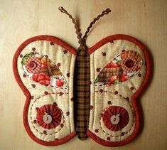 patchwork pot holder or mug rug Cute Butterfly, Butterfly Wings, Butterfly Pattern, Borboleta Diy, Quilting Projects, Sewing Projects, Fabric Crafts, Sewing Crafts, Quilted Potholders