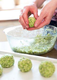 Rukama tvořte malé kuličky a pokládejte na lehce pomaštěný pečicí papír; Mona Martinů Ethnic Recipes, Food, Hoods, Meals