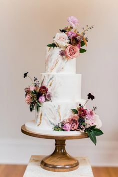 Wedding cakes with flowers are the most romantic wedding cakes. These are 31 elegant wedding cakes for you to pick from. Floral Wedding Cakes, Wedding Cake Rustic, Elegant Wedding Cakes, Wedding Cakes With Flowers, Wedding Cake Designs, Romantic Weddings, Cake Wedding, Wedding Cupcakes, Beach Weddings