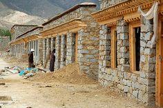 Building traditional Tibetan Houses, Samye, Tibet | par iancowe