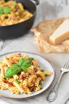 "One Pot Pasta ""Caprese"" Kleines Kulinarium - One pot rezepte Mozzarella Pasta, Caprese Pasta, Camping Food Make Ahead, One Pot Vegetarian, Pasta Al Dente, One Pot Dinners, Vegan Pasta, Pasta Dishes, Kitchens"