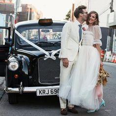 Locurón de vestido el que lució @aggy_deyn en su boda!! Mangas de farol y tul con un toque de color. Me encanta 💞 #disoñando #boda #bodas #brides #disoñandobodas #wedding #loveit #hipster #noviasmodernas #invitadas #tendencias #style #estilo #tul #fashion #zapatosdenovia #love