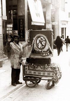 Λατέρνα με χαρακτηριστικό λατερνατζή. Old Photos, Vintage Photos, Kai, Greece Photography, Greek History, Beautiful Streets, Athens Greece, Yesterday And Today, Photo Archive