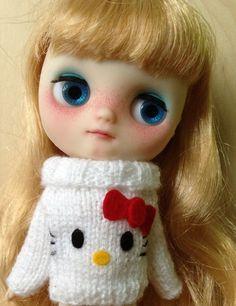 Hello Kitty sweater for MIDDIE BLYTHE by mimundoblythe on Etsy, €8.00