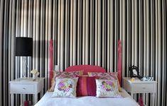 A designer gráfica Teresa Cristina Rocha queria um quarto de hóspedes diferente, aconchegante e com um toque de família. Resolveu restaurar uma cama e dois criados-mudos, datados de 1930, e investiu em um papel de parede com listras