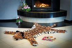 Как приятно полежать у камина с журнальчиком и чашечкой кофе...  #леопард #лео #пятнистый #помпон #пумпон #тепло #уют #вязание #ручнаяработа #fashion #home #handmade #уют@artpompon