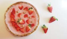 """Las fresas toman protagonismo en primavera y qué mejor que un pastel de frutas de temporada nutritivo, sin azúcares añadidos, y refrescante. Gracias a las """"algas"""" agar-agar conseguimos la textura deseada, un dulce totalmente vegano (sin harinas, lácteos ni huevo) y con todo el sabor."""