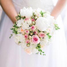 #weddingbouquets #colorfulbouquets #brightbouquets #studionarogu #35mm #bouquet #wedding #poland #polska #emocjeifotografia #bukiet #ślub #ślubny